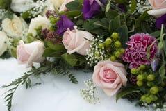 Fleurs funèbres dans la neige sur un cimetière Images stock