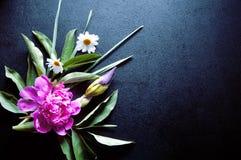 Fleurs gentilles sur la table foncée Photo libre de droits