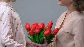 Fleurs gifting de petite fille à la maman aimante, félicitant la fête des mères clips vidéos