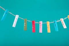 Fleurs goupillées sur la corde à linge Fond de minimalisme Fond bleu, orange, gris Photo de haute résolution Photos libres de droits