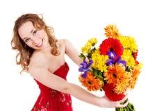 Fleurs heureuses de fixation de jeune femme. images stock
