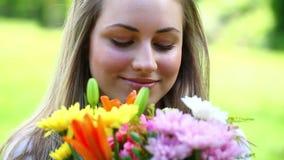 Fleurs heureuses de fixation de jeune femme banque de vidéos