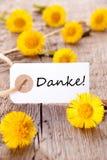 Fleurs jaunes avec Danke Image stock
