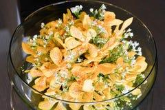 Fleurs jaunes dans le vase à cuvette de l'eau photo stock