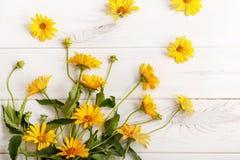 Fleurs jaunes de marguerite de bouquet sur la table en bois Images stock
