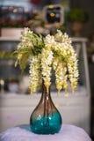 Fleurs jaunes de saule dans le beau vase utilisé pour la décoration à la maison photo stock