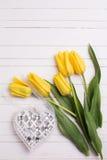 Fleurs jaunes de tulipes et coeur décoratif Images libres de droits