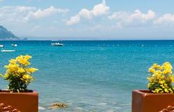 Fleurs jaunes et vue de la mer Méditerranée sur la côte de la Turquie Photographie stock