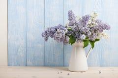 Fleurs lilas dans la cruche Photos stock