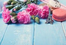 Fleurs, macaron français et Tour Eiffel de souvenir Image libre de droits