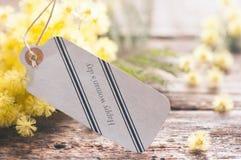 Fleurs 8 mars de carte postale et de mimosa Photographie stock libre de droits