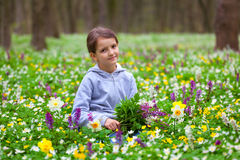Fleurs mignonnes de cueillette de petite fille Images stock