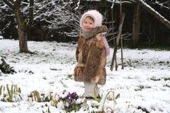 Fleurs mignonnes de fille et de source Photo libre de droits