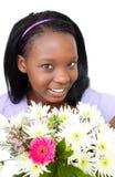 Fleurs mignonnes de fixation de jeune femme Photographie stock