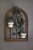 Fleurs mises en pot de vigne en décor Front View de châssis de fenêtre Photo stock