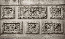 Fleurs modernistes découpant dans le mur en pierre Images libres de droits