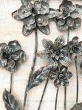 Fleurs noires et blanches en métal image stock