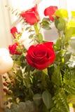 Fleurs nuptiales dans l'église Images stock
