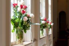 Fleurs nuptiales dans l'église Image libre de droits