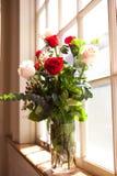 Fleurs nuptiales dans l'église Photographie stock