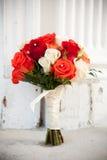 Fleurs nuptiales devant l'église Image stock
