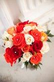 Fleurs nuptiales devant l'église Photographie stock libre de droits