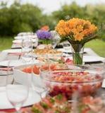 Fleurs oranges sur la table Images stock