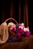 Fleurs, panier, plancher en bois Images stock