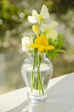 Fleurs par un hublot Images stock