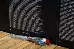 Fleurs patriotiques au mur du Vietnam Images stock