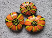 Fleurs peintes sur des pierres Photo libre de droits