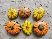 Fleurs peintes sur des pierres Image stock