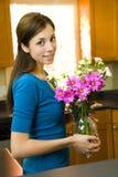 fleurs posant la femme image stock