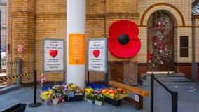 Fleurs pour l'anniversaire de l'attaque sur l'arène de Manchester photos libres de droits