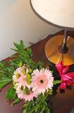 Fleurs pour la jeune mariée Photographie stock libre de droits