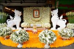 Fleurs pour le Roi Bhumibol Adulyadej chez Sanam Luang pour payer le respect le roi photographie stock libre de droits