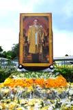 Fleurs pour le Roi Bhumibol Adulyadej chez Sanam Luang pour payer le respect le roi image libre de droits