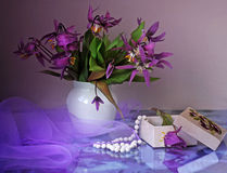 Fleurs pourprées dans un vase Image libre de droits