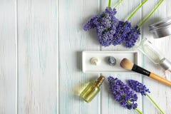 Fleurs pourpres sur un fond en bois avec un pr?sent Banni?re avec des fleurs de couleur pourpre, de cadeau et d'endroit pour l'in photographie stock