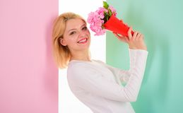 Fleurs préférées reçues heureuses de Madame comme cadeau se sentant beau et spécial Se sentir si spécial Fille tenant le bouquet Images stock