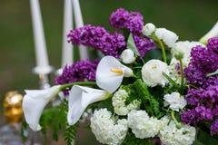 Fleurs romantiques de décor de mariage avec le lilas Photo libre de droits