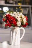 Fleurs roses blanches et rouges dans le vase blanc utilisé pour la décoration à la maison photo stock