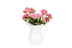 Fleurs roses dans la cruche blanche Photographie stock