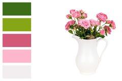 Fleurs roses dans la cruche blanche dans une palette de couleur avec les échantillons élogieux de couleur Photographie stock