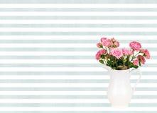 Fleurs roses dans la cruche blanche sur le fond de rayures bleues d'aquarelle Photo libre de droits