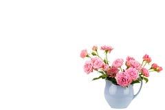Fleurs roses dans la cruche bleue Photos libres de droits