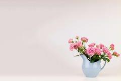 Fleurs roses dans la cruche bleue Image stock