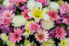 fleurs roses de lis pour épouser la décoration Photos libres de droits