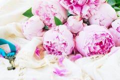 Fleurs roses de pivoine avec la clé Photos stock