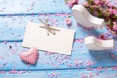 Fleurs roses de Sakura, Empty tag, coeur et deco deux en bois blanc Photographie stock libre de droits